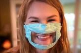 Estudiante de 21 años crea máscaras con micas para ayudar a las personas sordas a leer los labios.